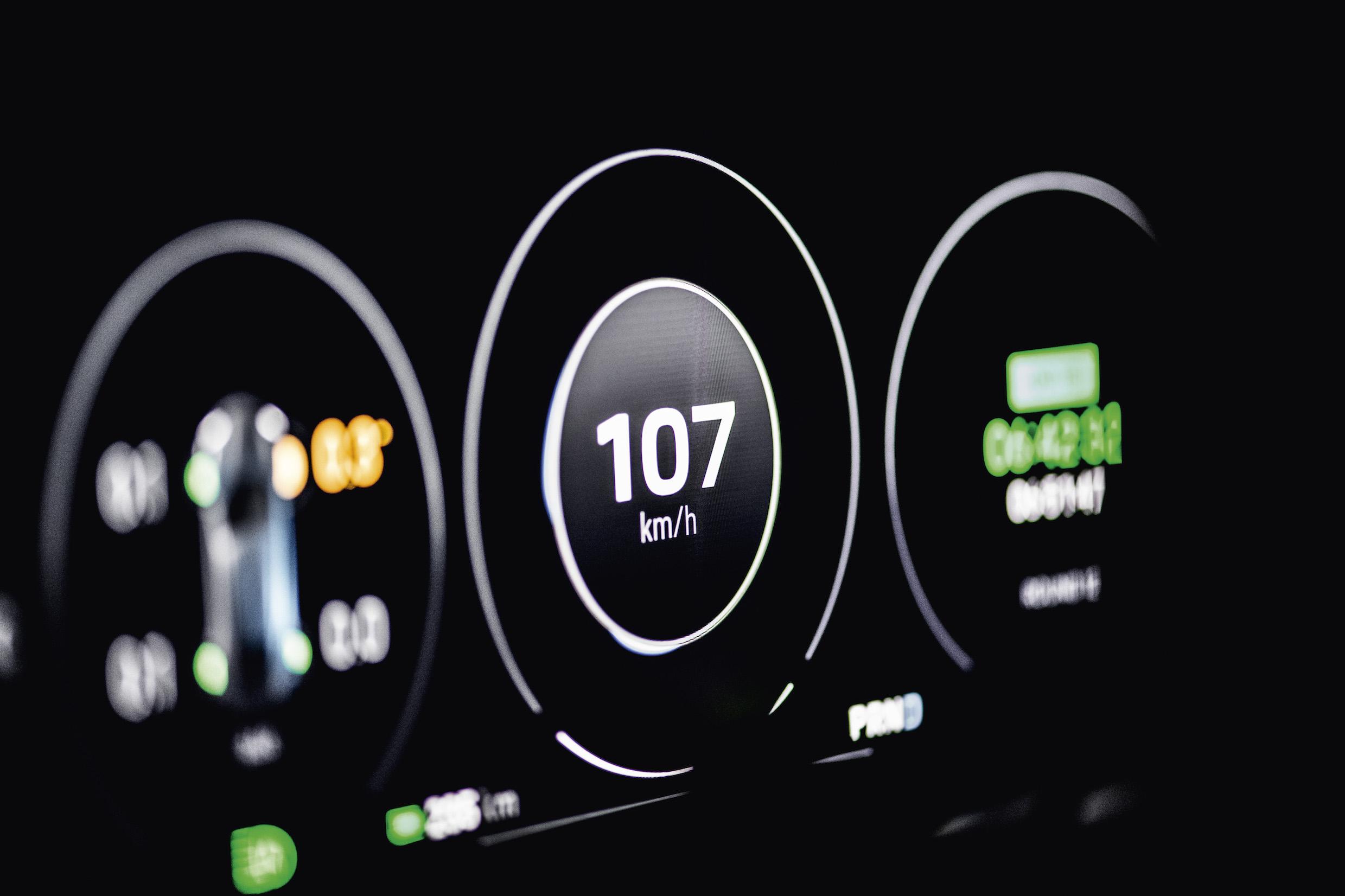 800 volts c'est dangereux ? Porsche parle de sa Taycan 100% électrique